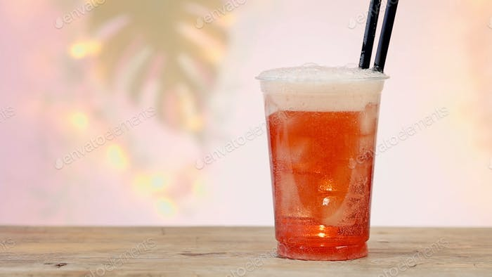frisches rosa Erfrischungsgetränk aus Kunststoff zum mitnehmen