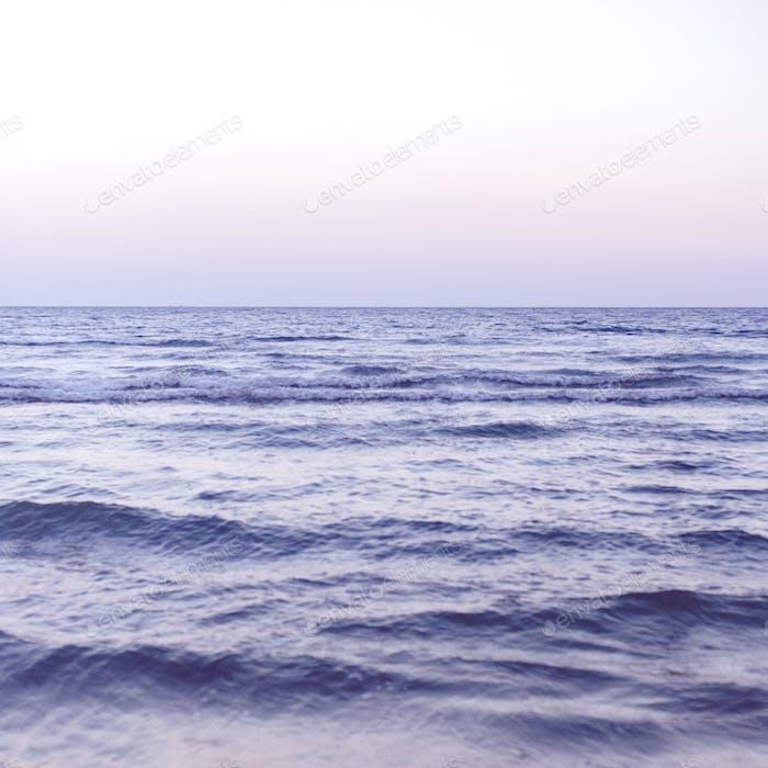 Wellen auf einem breiten blauen Meer