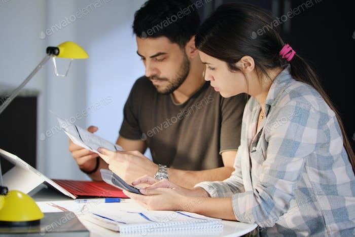 Mann und Frau besorgt um Steuern und Familienbudget