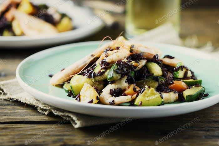 Black rice with prawns, vegetables and orange