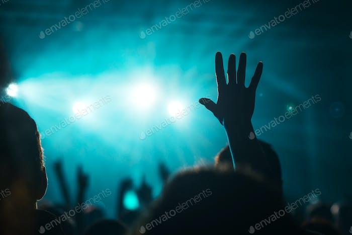 Weibliche Hand in der Luft auf Rockmusik Konzert erhoben