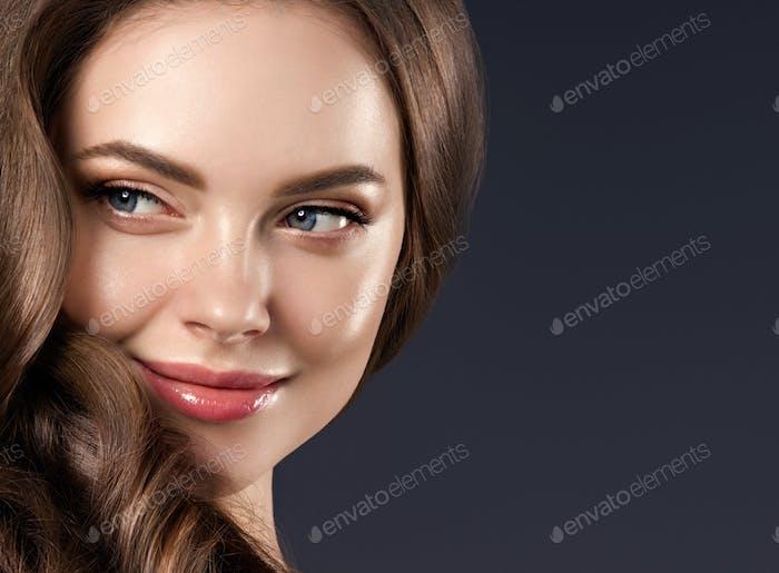 Schönheit Haar Frau lockige Frisur natürliche Make-up