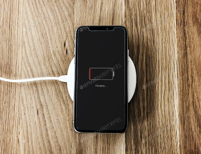Laden eines Smartphones mit schwacher Batterie