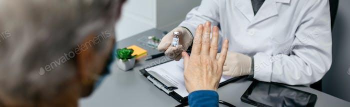 Patient verweigert den vom Arzt angebotenen Coronavirus-Impfstoff