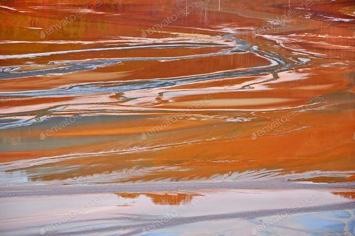 Contaminación de un lago con agua contaminada. Rosia Montana, Rumanía