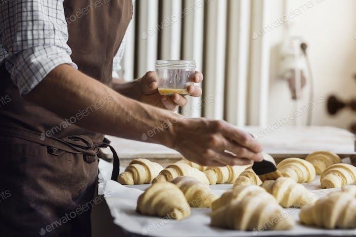 Bäcker Vorbereitung Croissants in der Küche