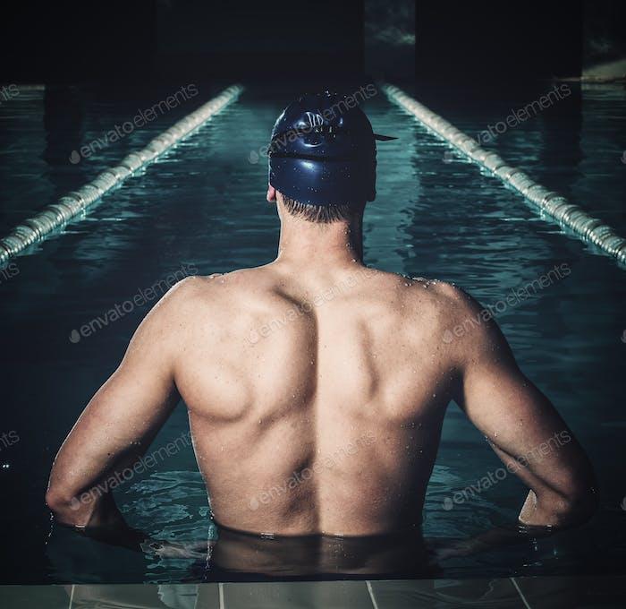 Muskulöser Schwimmer in einem Schwimmbad
