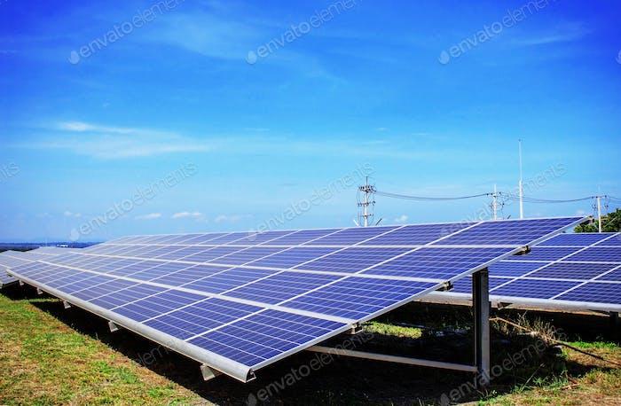 Sonnenkollektoren mit blauem Himmel