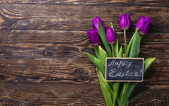 Osterhintergrund mit Tulpenblüten