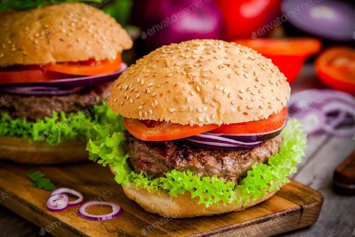 hausgemachte Burger mit frischem Bio-Gemüse