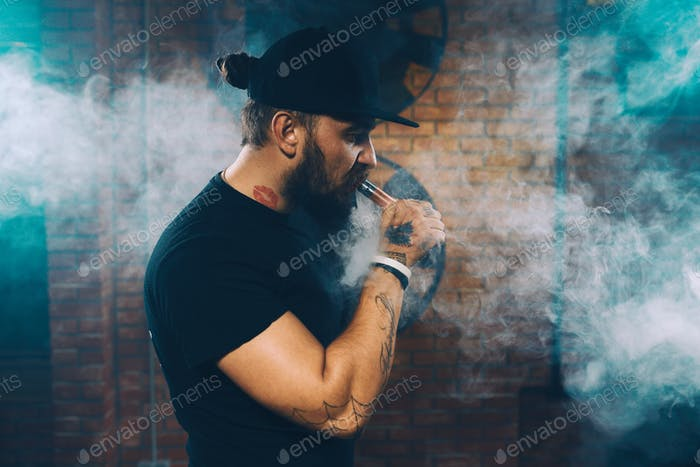Hombre vapear un cigarrillo Electrónico