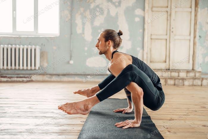 Männliches Yoga in der Klasse, Balance-Training