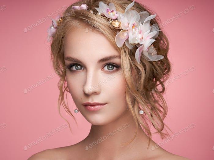junge blonde Frau mit Tiara auf Ihr Kopf