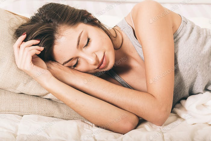 mujer joven retrato en dormitorio en cama solo relajante