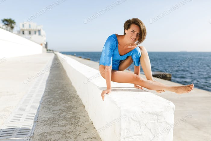 Ницца леди делать йога с видом на море на фоне