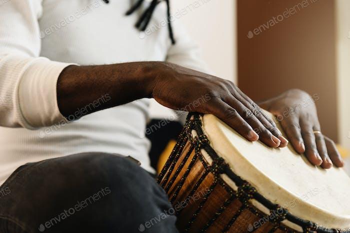 Músico tocando el tambor.