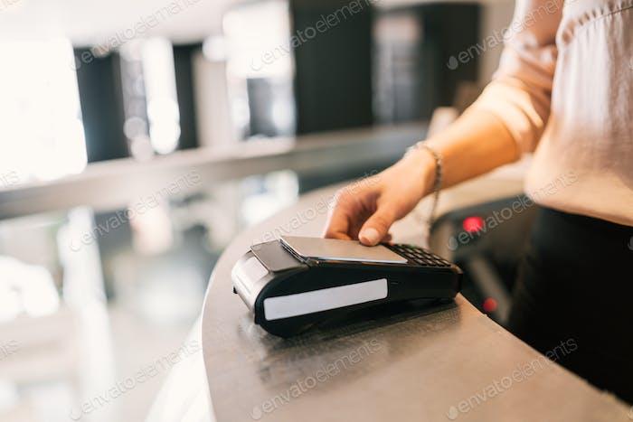 При  регистрации заезда на стойке регистрации гости могут произвести оплату картой.