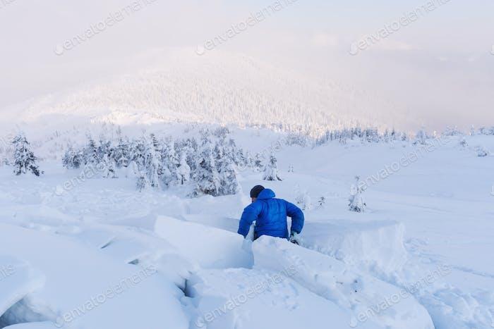 Ein Mann mit einer Schneelawine bedeckt