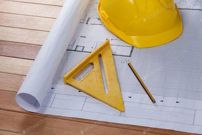 Architekturplan mit Werkzeugen und hartem Hut