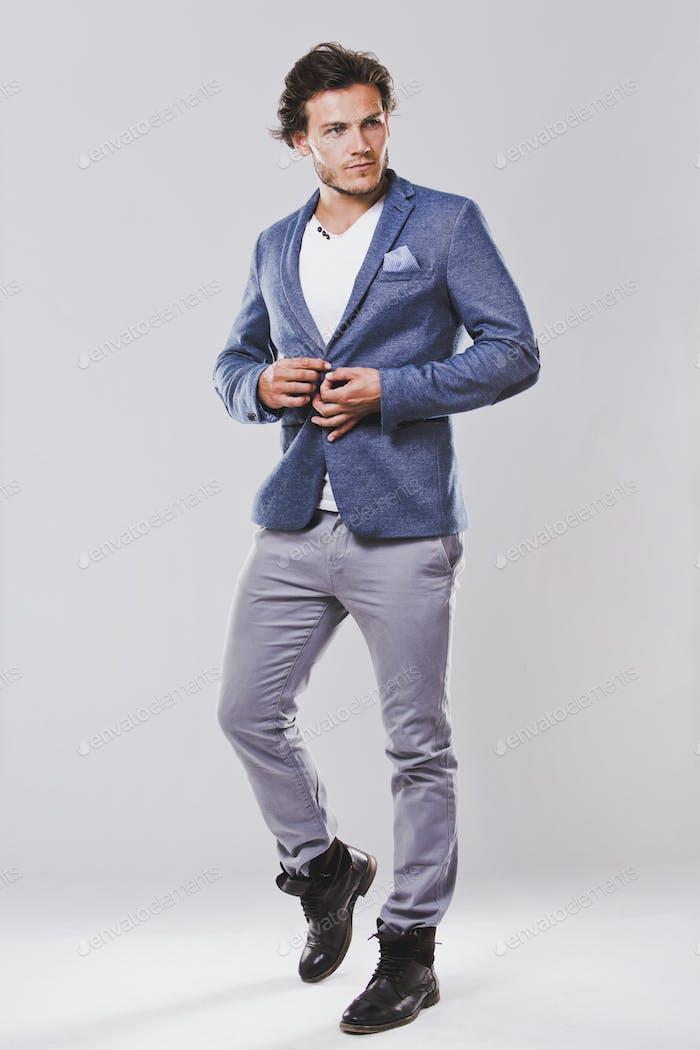 kaukasischen Mann trägt blaue Jacke weißes Hemd und trendige haarige