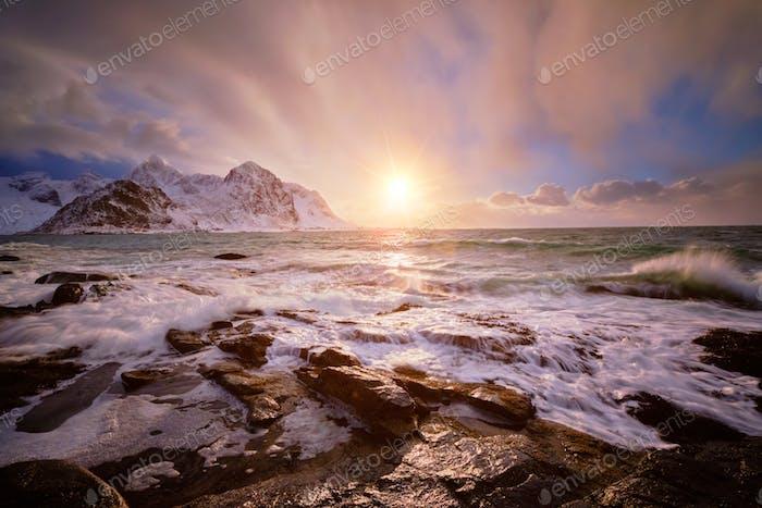 Costa del mar noruego en la costa rocosa en el fiordo al atardecer