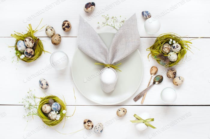 Festlicher weißer Ostertisch mit Dekoration