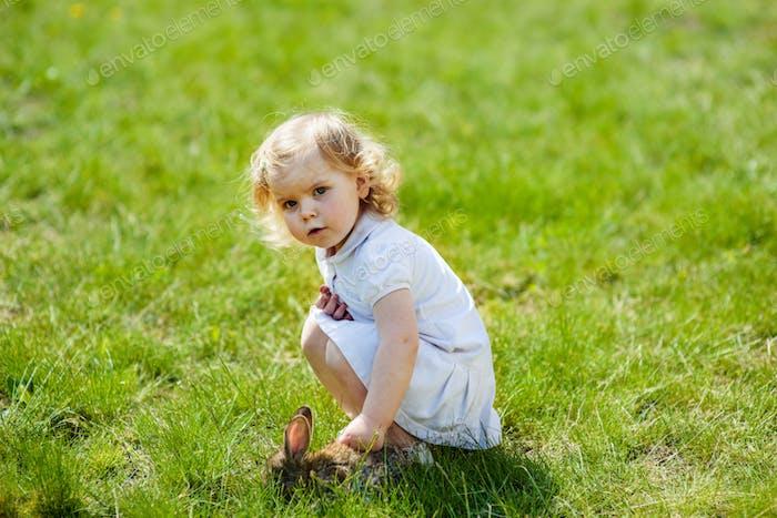 niño con un conejo