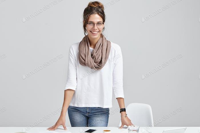 Concepto de negocio, trabajo, ocupación y tecnología. Atractivo joven diseñador gráfico femenino que lleva