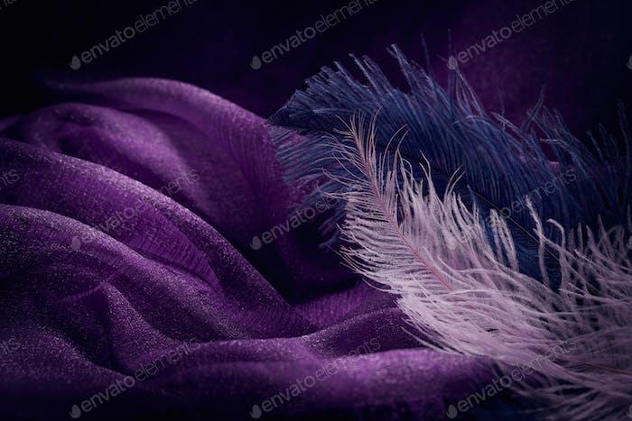 Ola de elegante textura textil violeta con plumas finas