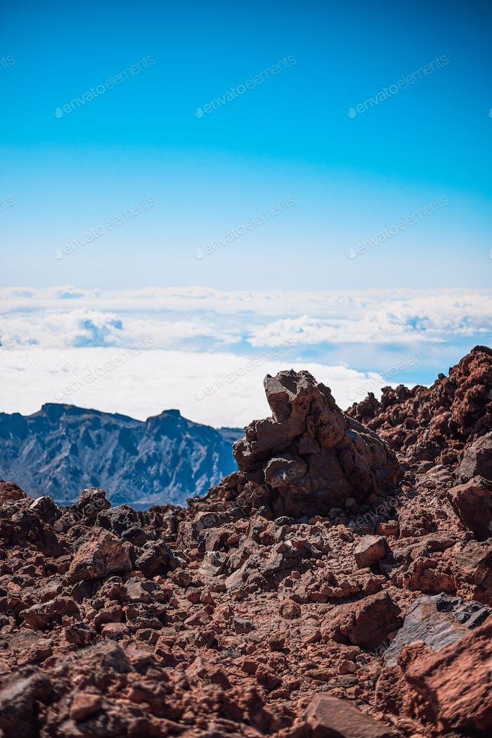 Rocas volcánicas más altas que las nubes en la montaña del Teide en Tenerife, España