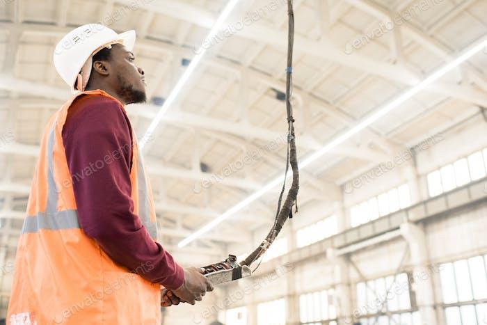 Bauarbeiter mit Kransteuerung