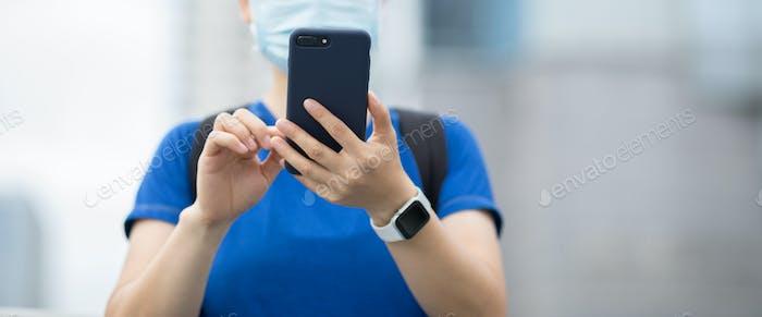 Женщина использует смартфон в городе