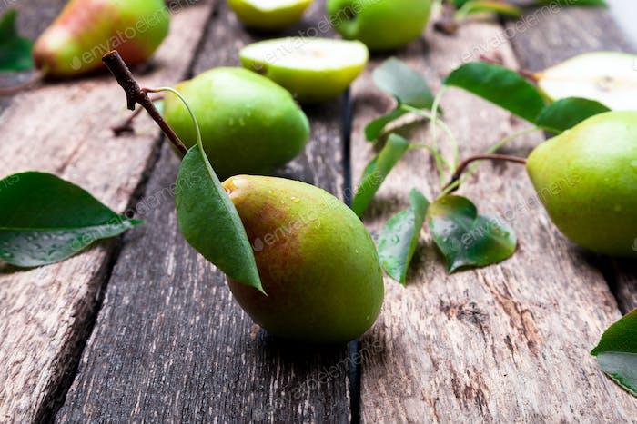 Birne auf rustikalem Holzhintergrund. Herbsternte.
