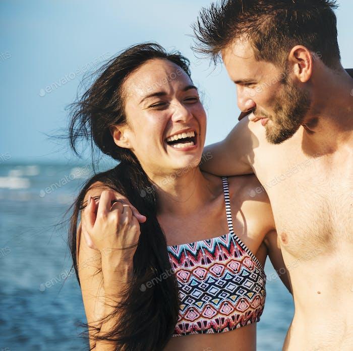 Glückliches Paar mit einem romantischen Moment am Strand