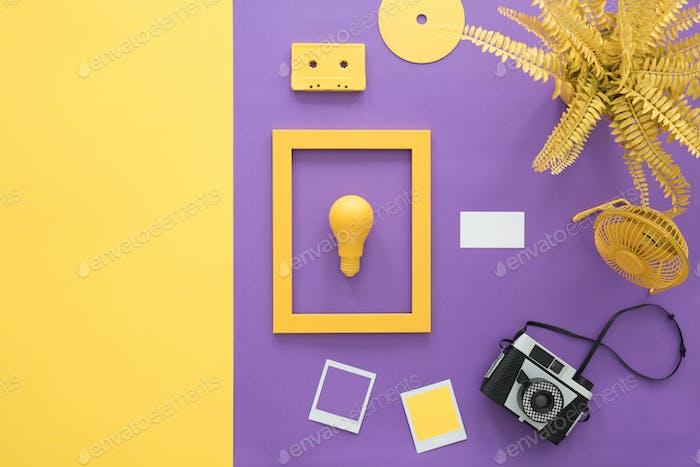 Violetter Hintergrund mit Kamera