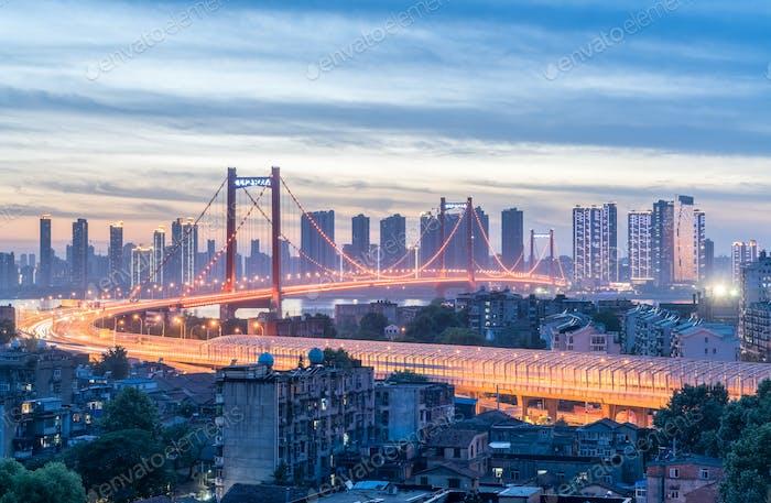 yingwuzhou yangtze Fluss Brücke in der Dunkelheit