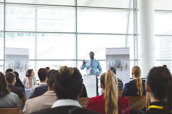 Geschäftsmann Sprecher in einem Business-Seminar im Büro