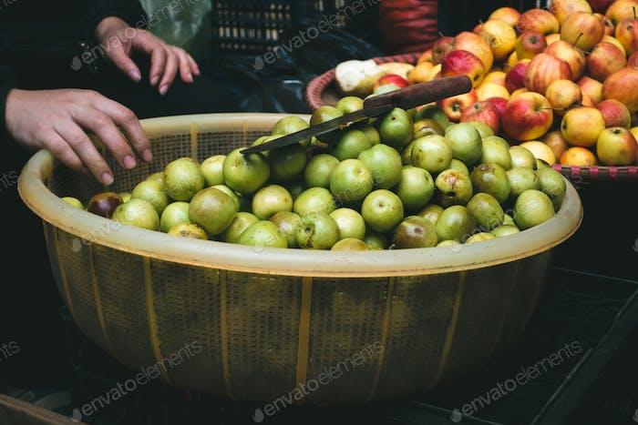 Frische kleine Äpfel auf einem vietnamesischen Bauernmarkt
