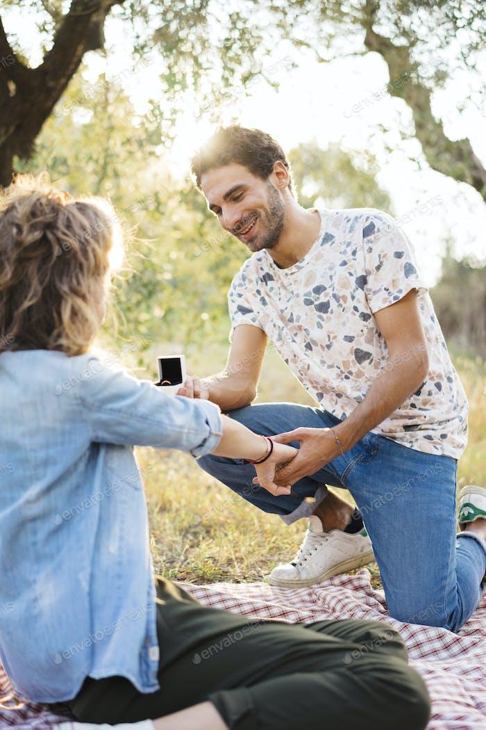 Junger Mann macht einen Vorschlag an seinen Verlobten in der Toskana