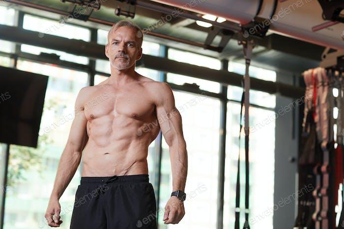 Мускулистый человек в тренажерном зале