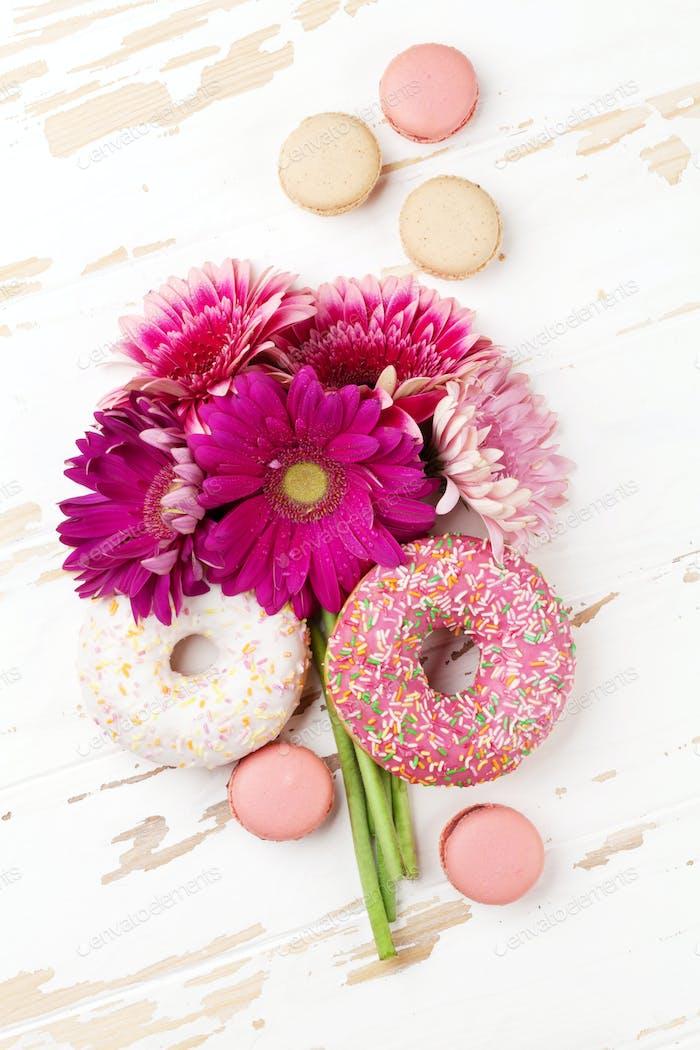 Donuts und Gerbera Blumen Blumenstrauß