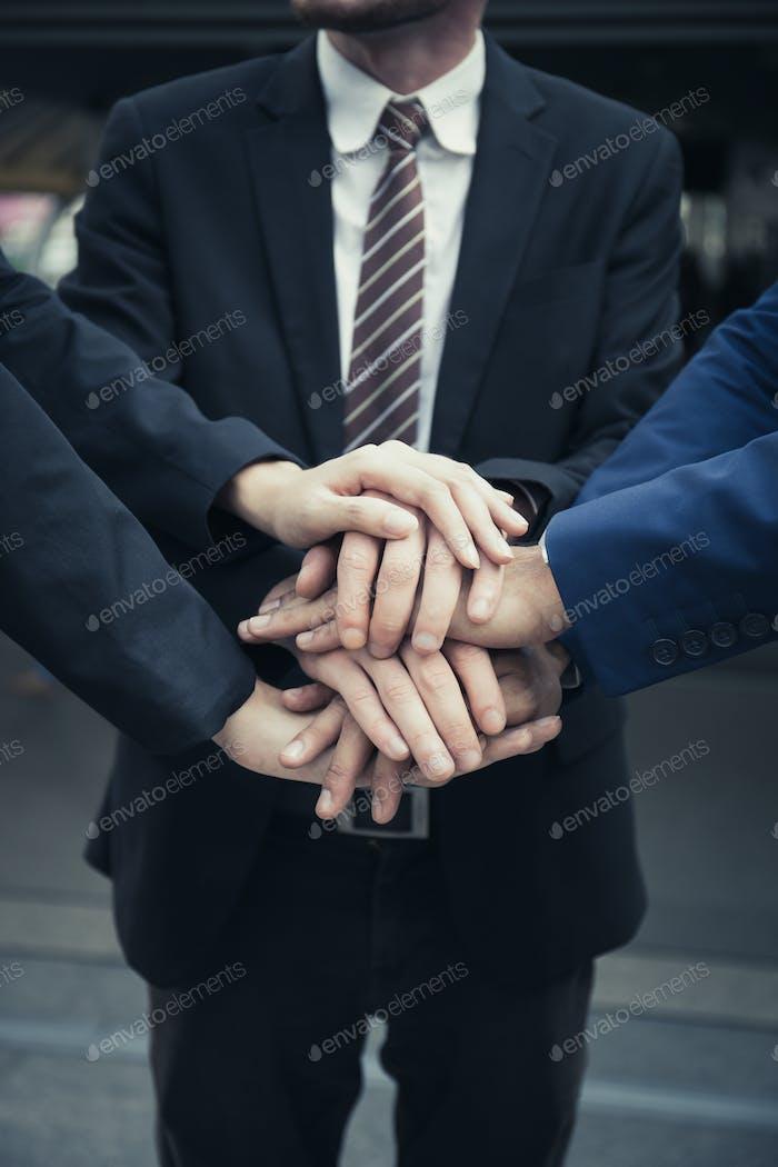 Grupo de negocios.Equipo con las manos juntas. Personas con un equipo de negocios apilando las manos juntas.