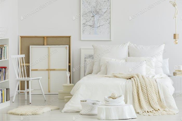 Dormitorio de artista con lienzo