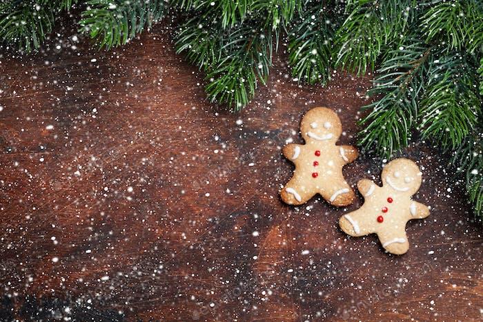 Weihnachts-Lebkuchenkekse und Weihnachts-Tannenzweig