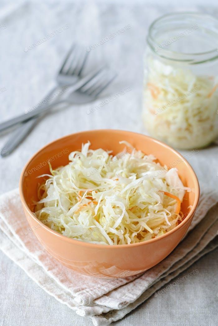 Servierschale mit fermentiertem Gemüse
