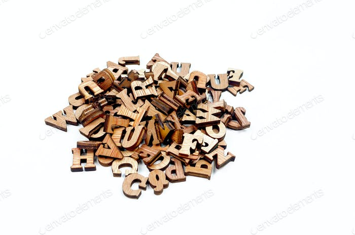Durcheinander geradene Buchstaben aus Holz hautnah