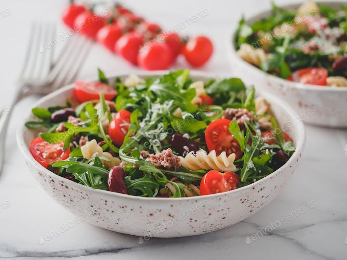 Warmer Salat mit Thunfisch, Rucola, Tomaten, Bohnen, Nudeln