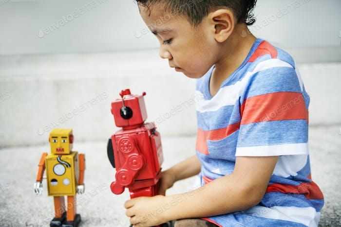 Junge spielen Roboter Genuss Freizeit Fun Konzept