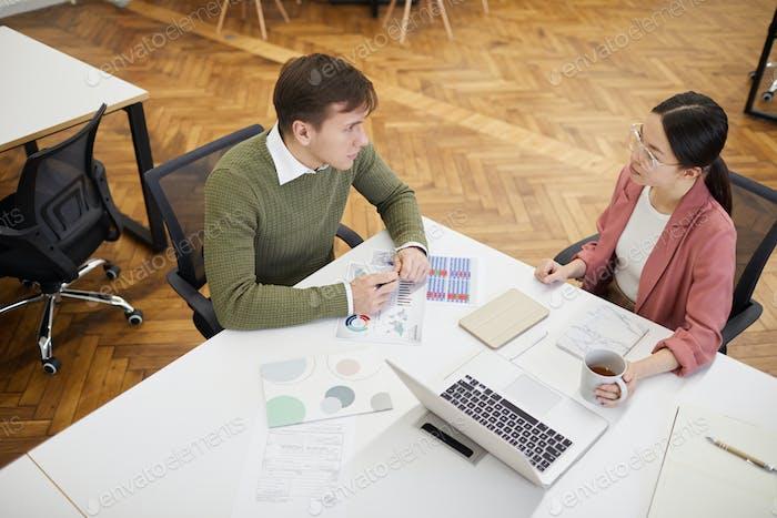 Geschäftsleute prüfen Finanzdokumente