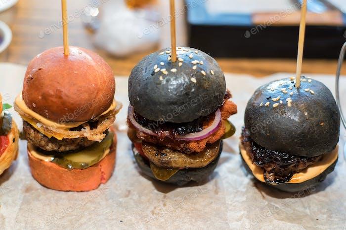 Hausgemachte Minihamburger mit schwarzen Brötchen